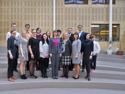 President Kersti Kaljulaid Rakvere Reaalgümnaasiumi aatriumis koos kogukonnapraktikas osalejatega. Foto: Artur Galazan
